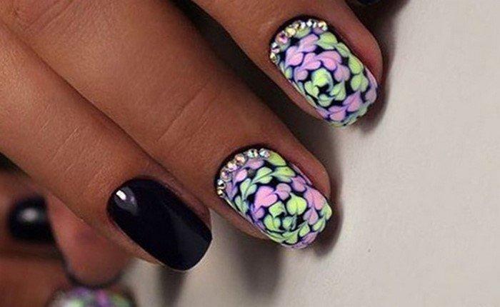 яркие черные ногти со стразами
