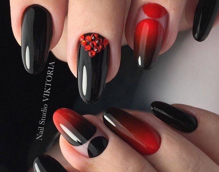 черно-красное омбре на ногтях с красными стразами