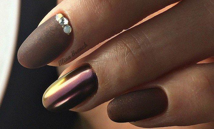 шоколадный хамеллион на ногтях со стразами