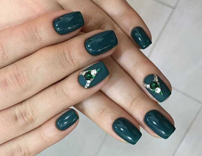 темно-зеленые ногти со стразами