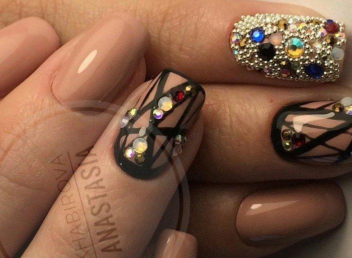 черная геометрия на ногтях и стразы