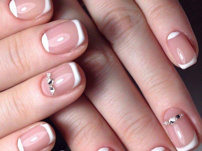 короткий белый френч и лунка из страз на ногтях