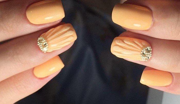 на оранжевах ногтях лунка из страз