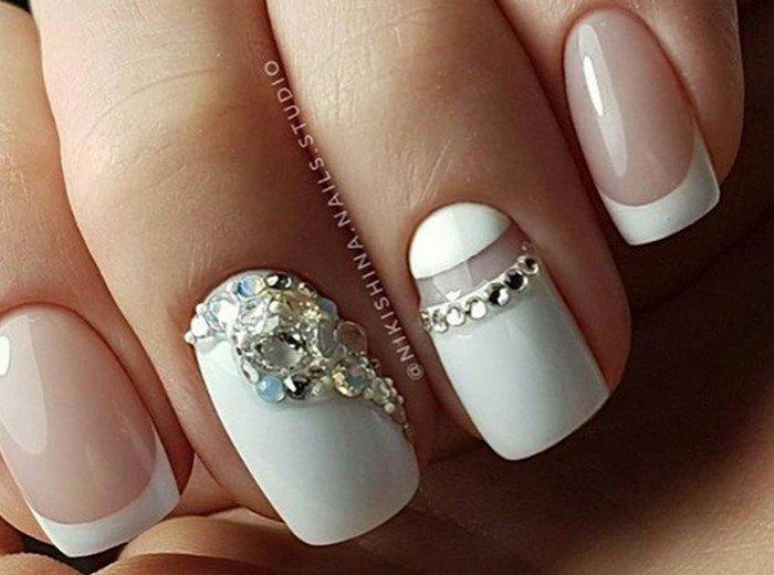 лунка на белых ногтях со стразами