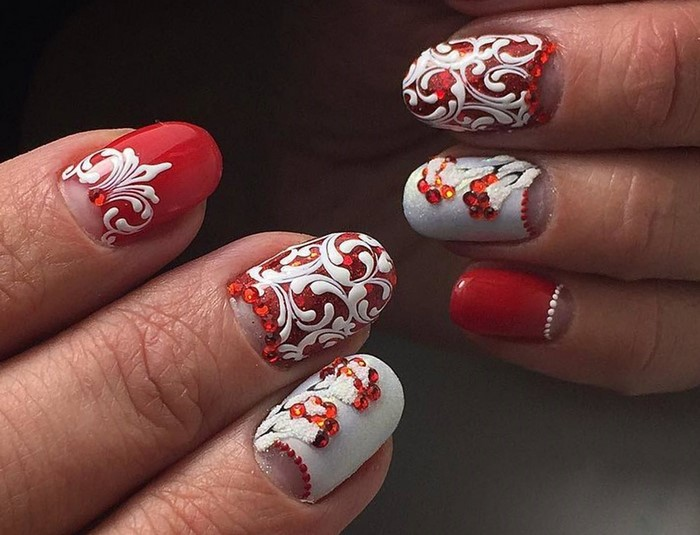 красно-белые ногти со стразами