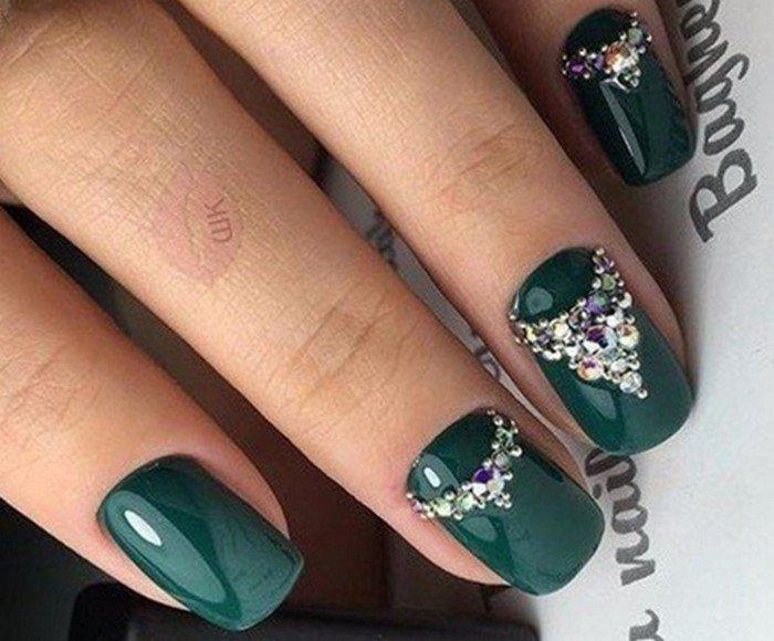 зеленые ногти со стразами