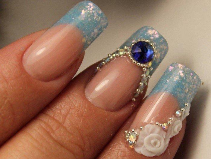 голубой френч и синии стразы на ногтях