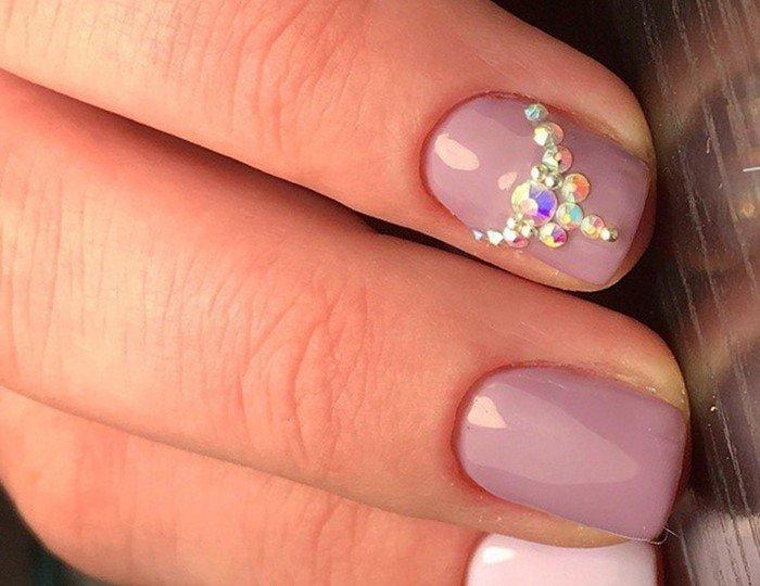 дорожка из страз на розовых ногтях