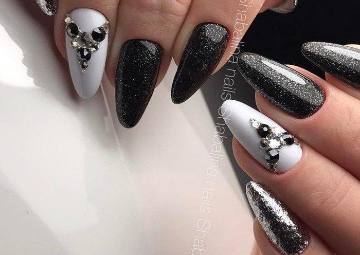 черные ногти с блестками и стразами
