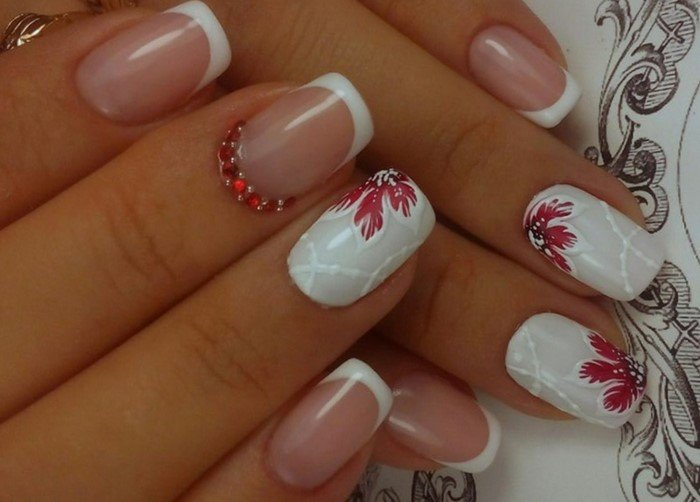 красный цветок на ногтях со стразами