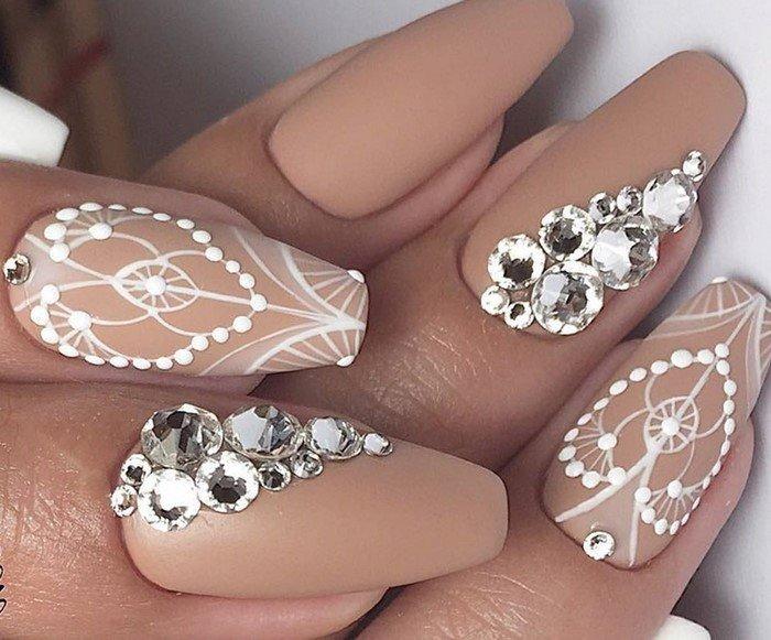 ажурные ногти со стразами