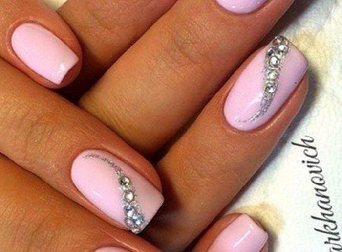 стразы и булбонки на розовых ногтях