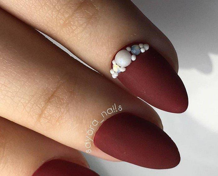матовые бордовые ногти со стразами