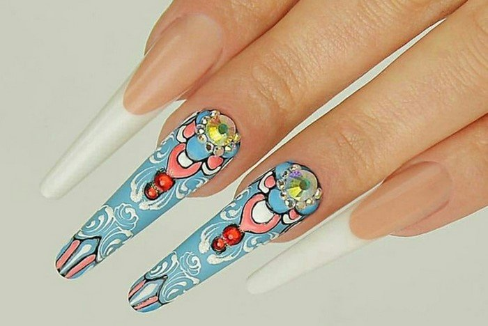длинные голубые ногти со стразами