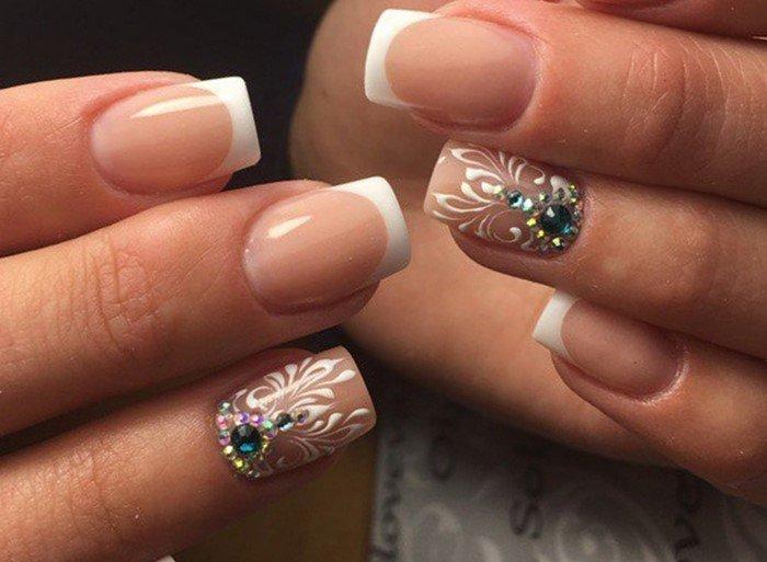 короткие свадебные ногти со стразами