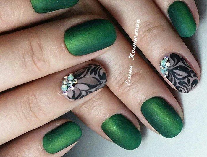матовые зеленые ногти с матовыми стразами