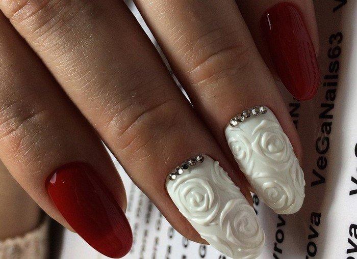 белые розы со стразами на ногтях