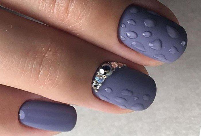 капельки на ногтях и стразы