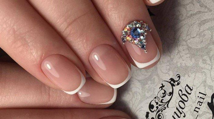 белый френч и много страз на ногтях