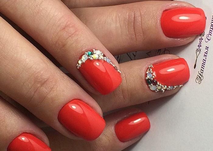 полу лунка на красных ногтях