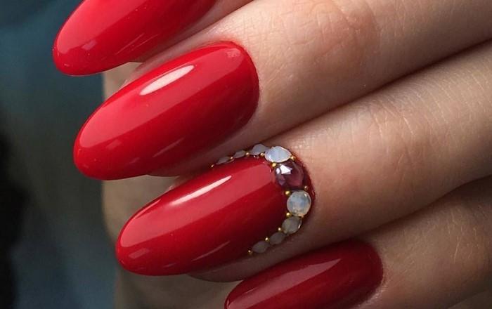 на красных ногтях матовые стразы