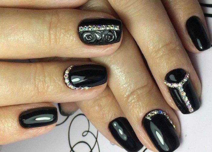 черные ногти и полоски из страз