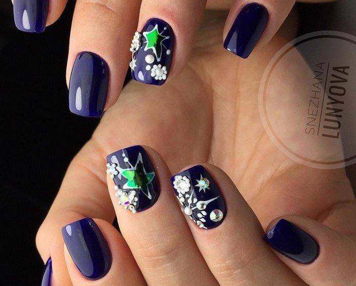новогодние синие ногти со стразами