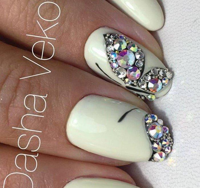 бабочка из страз на ногтях