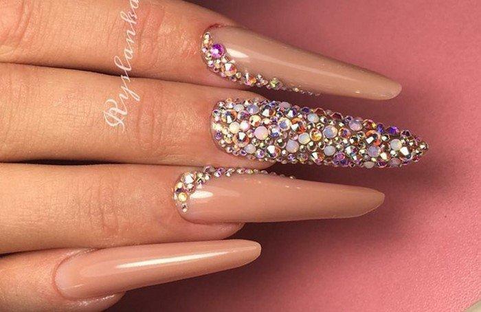миндалевидные ногти со стразами