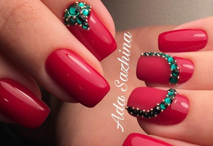красные ногти с зелеными стразами