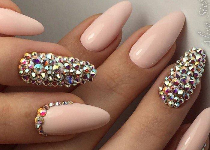 розовые ногти со стразами на весь ноготь