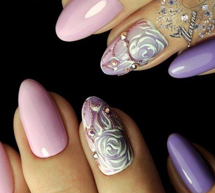 нежно-фиолетовые ногти со стразами