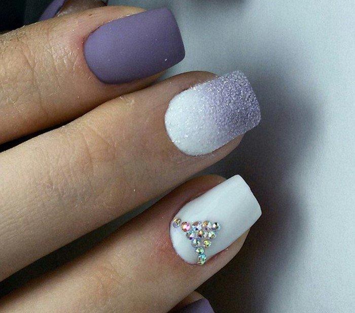 разноцветные ногти со стразами