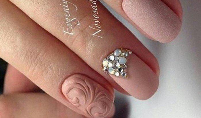 матовые ногти со стразами розового цвета
