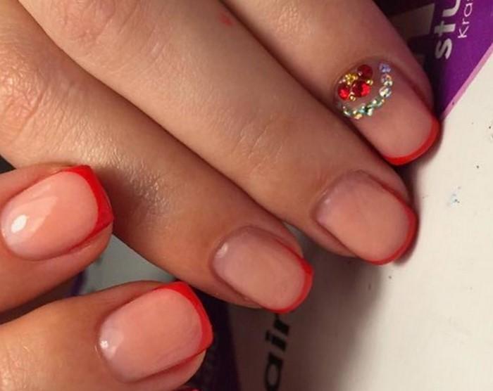 красный френч на ногтях со стразами