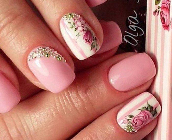 на ногтях цветы и стразы