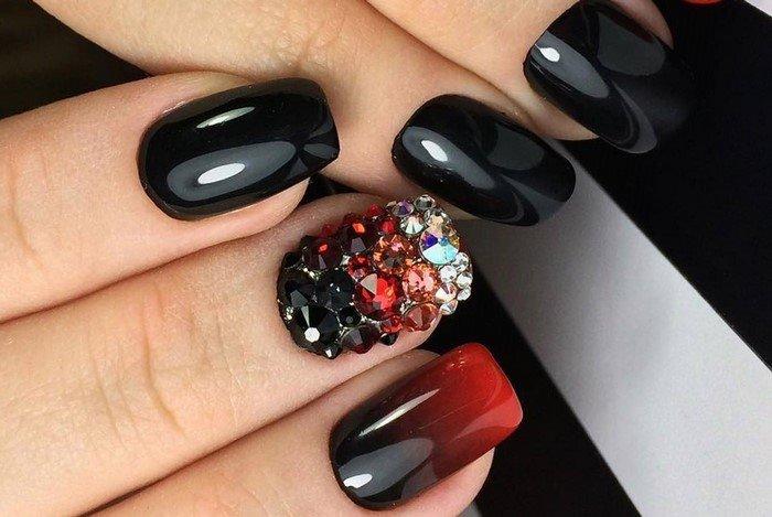 черно красное омбре из страз на ногтях