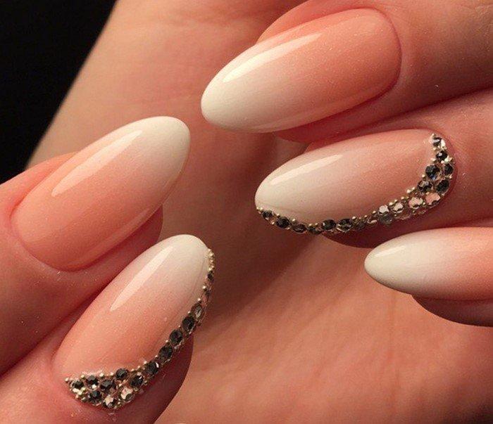 бело-бежевое омбре на ногтях со стразами