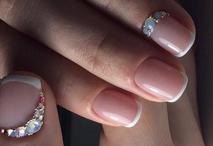 матовые стразы на ногтях с френчем