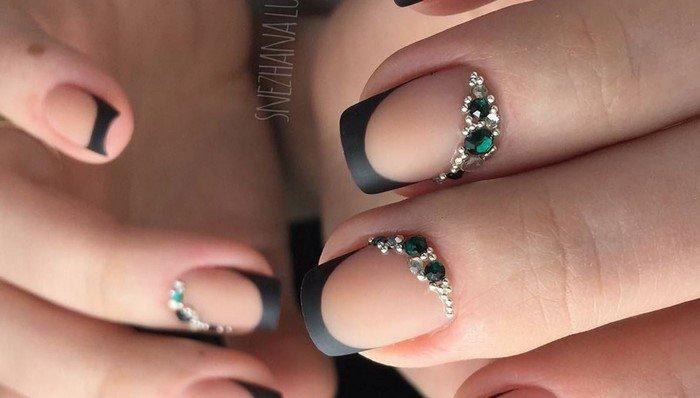 матовый черный френч на ногтях с зелеными стразами