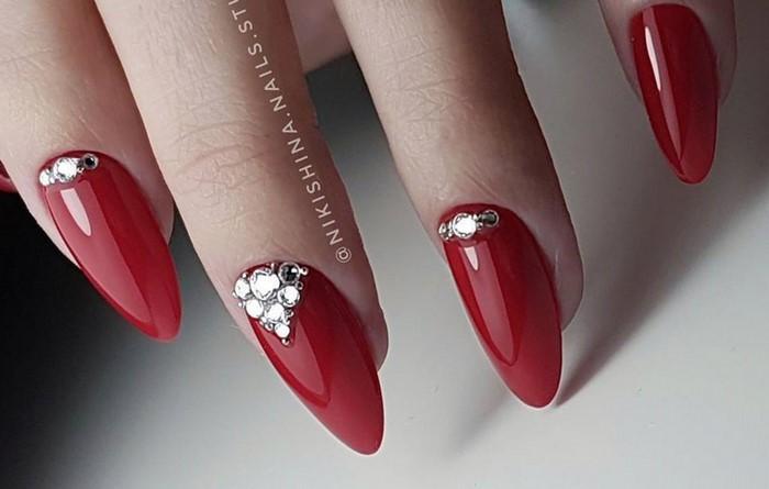 на красных ногтях лунка из страз