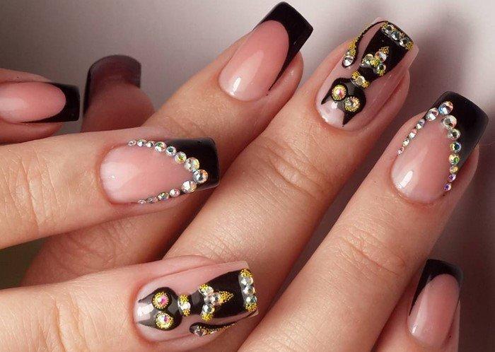 кот на ногтях со стразами