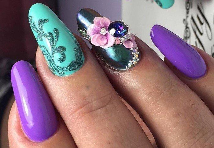 лепка на бирюзовых ногтях со стразами