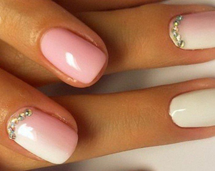 на розовых ногтях лунная улыбка из страз