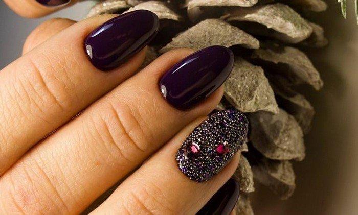 баклажановые ногти со стразами