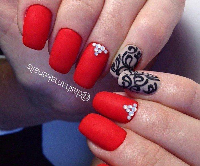 красные матовые ногти с вензелями и стразами
