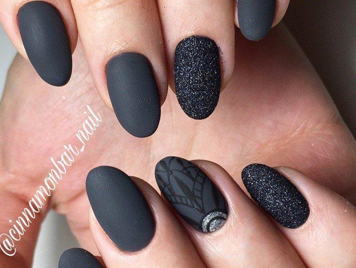 черные матовые ногти с посыпкой