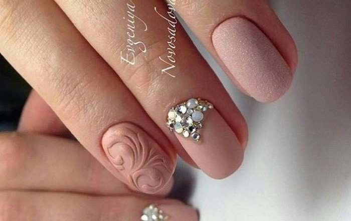 матовые ногти с розовыми вензелями