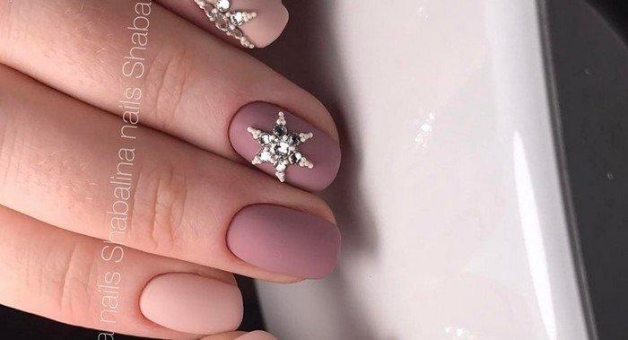 матовые ногти со звездой