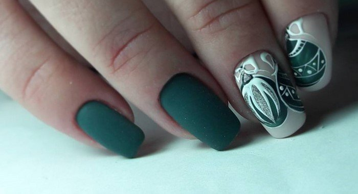 матовые зеленые ногти с белым рисунком